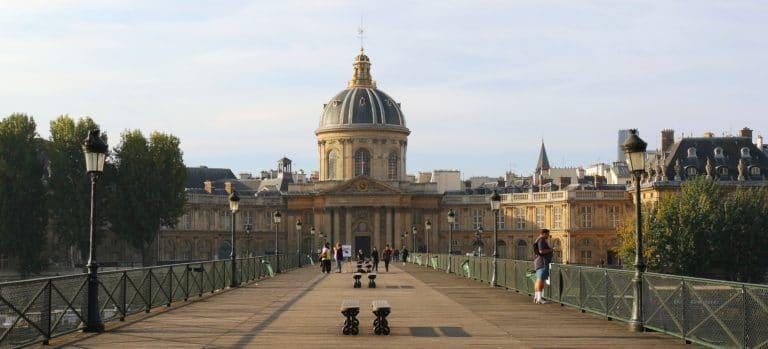 Ponton face à l'Académie française à Paris